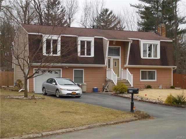 3 BR,  2.50 BTH  Bilevel style home in New Windsor